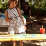 Greta gestaltet ihre Zaunlatte